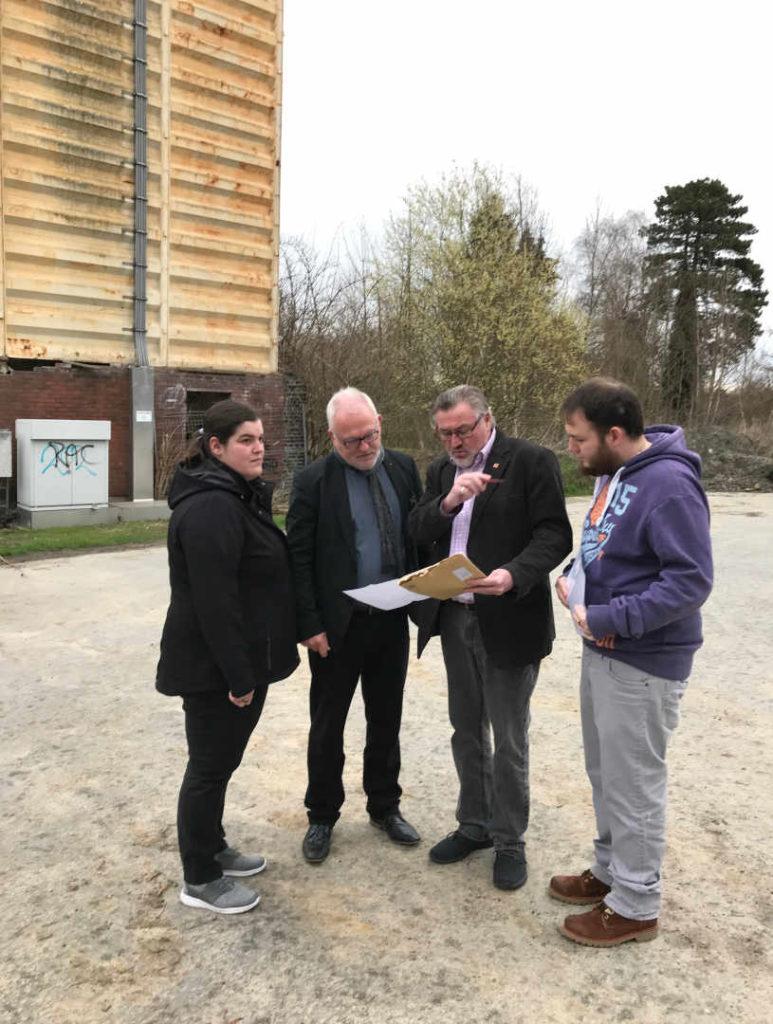 v.l. Leonie Hellmich, Wolfgang Hellmich, Robert Wagner und Alexander Wichmann auf den   Raiffeisegeländes